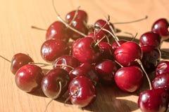 在一张木桌上的甜樱桃黑樱桃 库存图片