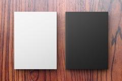 在一张木桌上的白色和黑名册 免版税图库摄影