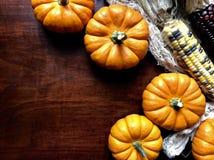 在一张木桌上的秋天装饰 免版税库存照片