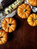 在一张木桌上的秋天装饰 免版税库存图片