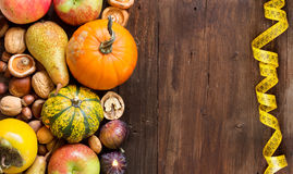 在一张木桌上的秋天边界 库存照片