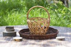 在一张木桌上的空的篮子 图库摄影