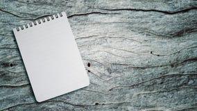 在一张木桌上的笔记本 免版税库存照片