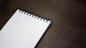 在一张木桌上的笔记本 库存照片