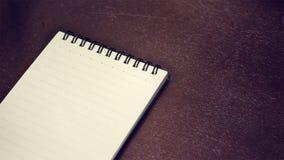 在一张木桌上的笔记本 库存图片