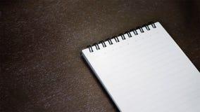 在一张木桌上的笔记本 免版税图库摄影