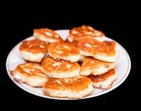 在一张木桌上的红润小薄煎饼 在黑色的Izolated 免版税库存照片