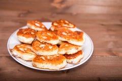 在一张木桌上的红润小薄煎饼 库存照片