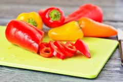 在一张木桌上的红色和黄色甜椒 免版税库存照片