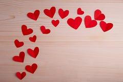 在一张木桌上的红色心脏 库存照片