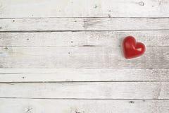 在一张木桌上的红色心脏 免版税库存图片