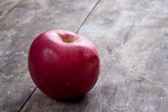 在一张木桌上的红色苹果 库存照片