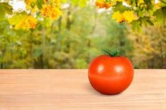 在一张木桌上的红色蕃茄 库存图片