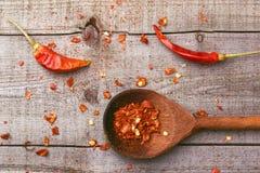 在一张木桌上的红色辣椒粉 库存图片