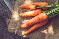在一张木桌上的红萝卜 免版税库存照片