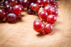 在一张木桌上的红葡萄 库存图片