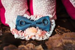 在一张木桌上的结婚戒指、蝴蝶和袜带新娘 免版税库存照片
