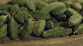 在一张木桌上的绿色豆蔻果实 4K 股票录像