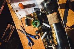 在一张木桌上的缝合的材料 库存图片