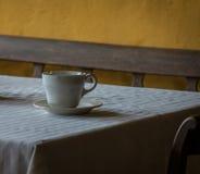 在一张木桌上的老和葡萄酒杯子 库存图片