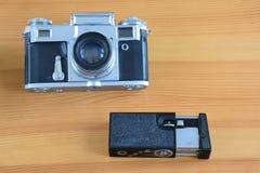 在一张木桌上的老照相机 免版税库存图片