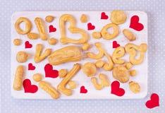 在一张木桌上的自创曲奇饼为情人节 图库摄影