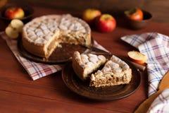 在一张木桌上的自创苹果饼 免版税图库摄影