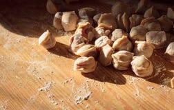 在一张木桌上的自创馄饨洒与面粉特写镜头 免版税库存照片