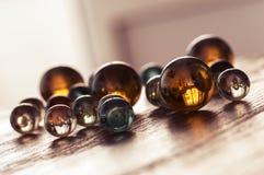 在一张木桌上的色的玻璃球有一个角度 与反射的玻璃球 免版税库存图片