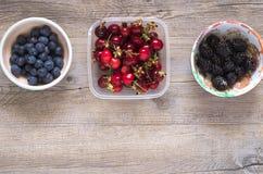 在一张木桌上的莓果 库存照片