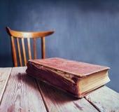 在一张木桌上的葡萄酒书 库存图片