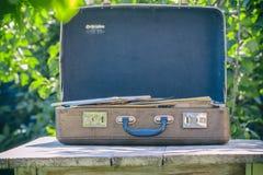 在一张木桌上的葡萄酒棕色皮革手提箱 旅行的概念 自然光 库存照片