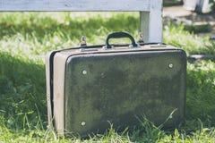 在一张木桌上的葡萄酒棕色皮革手提箱 旅行的概念 自然光 免版税库存照片