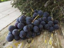 在一张木桌上的葡萄 免版税库存照片