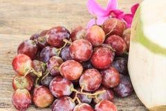 在一张木桌上的葡萄 库存照片