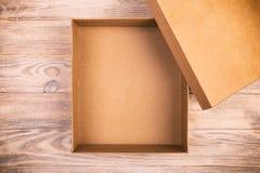 在一张木桌上的被打开的纸板箱 葡萄酒,被定调子的顶视图 库存照片