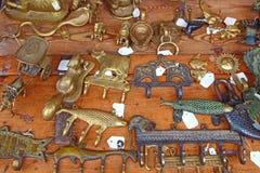 在一张木桌上的装饰金属挂衣架 Ð ¡燕麦勾子 免版税库存图片