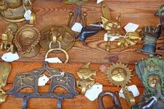 在一张木桌上的装饰金属挂衣架 Ð ¡燕麦勾子 免版税图库摄影