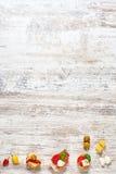 在一张木桌上的西班牙塔帕纤维布 免版税图库摄影