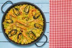 在一张木桌上的西班牙肉菜饭 免版税库存图片