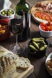 在一张木桌上的酒和塔帕纤维布盘 免版税库存图片