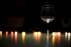 在一张木桌上的酒杯 免版税库存图片