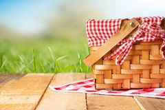 在一张木桌上的野餐篮子与桌布 放松在野餐,和令人愉快本质上,与空间 图库摄影