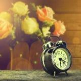 在一张木桌上的金黄时钟 免版税库存照片