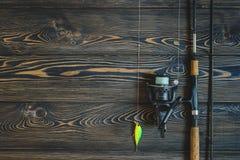 在一张木桌上的钓具 被定调子的图象 免版税库存照片