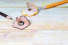 在一张木桌上的铅笔刀削片 回到学校 图库摄影