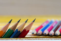 在一张木桌上的铅笔 回到学校 库存图片