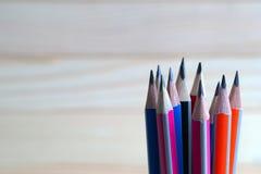 在一张木桌上的铅笔 回到学校 图库摄影