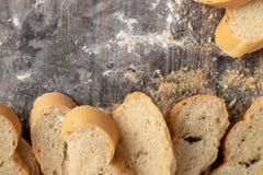 在一张木桌上的面包和酥皮点心面粉 免版税库存图片