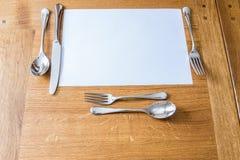 在一张木桌上的餐位餐具 免版税库存图片